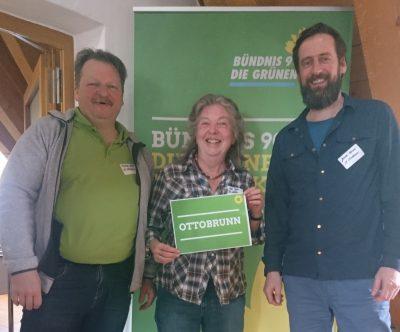 Michael Senft, Doris Popp und Jochen Gemke vor grünem Banner
