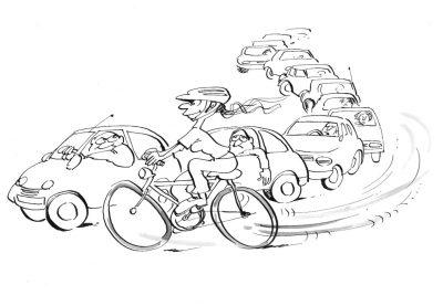 Radfahrer überholt Autoschlange